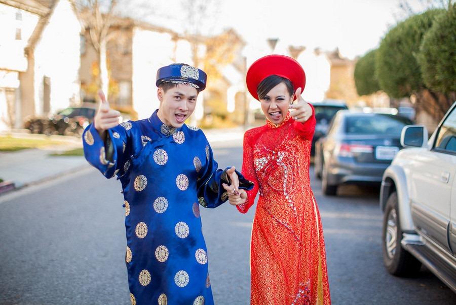 vietnamese wedding couple wearing Ao Dai